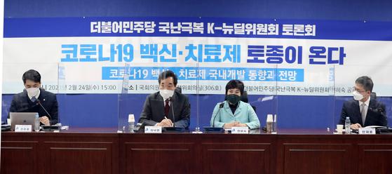 지난 2월 이낙연 더불어민주당 대표가 서울 여의도 국회 의원회관에서 '코로나19 백신·치료제 국내개발 동향과 전망'을 주제로 열린 국난극복 K-뉴딜위원회 토론회에서 인사말을 하고 있다. [뉴스1]