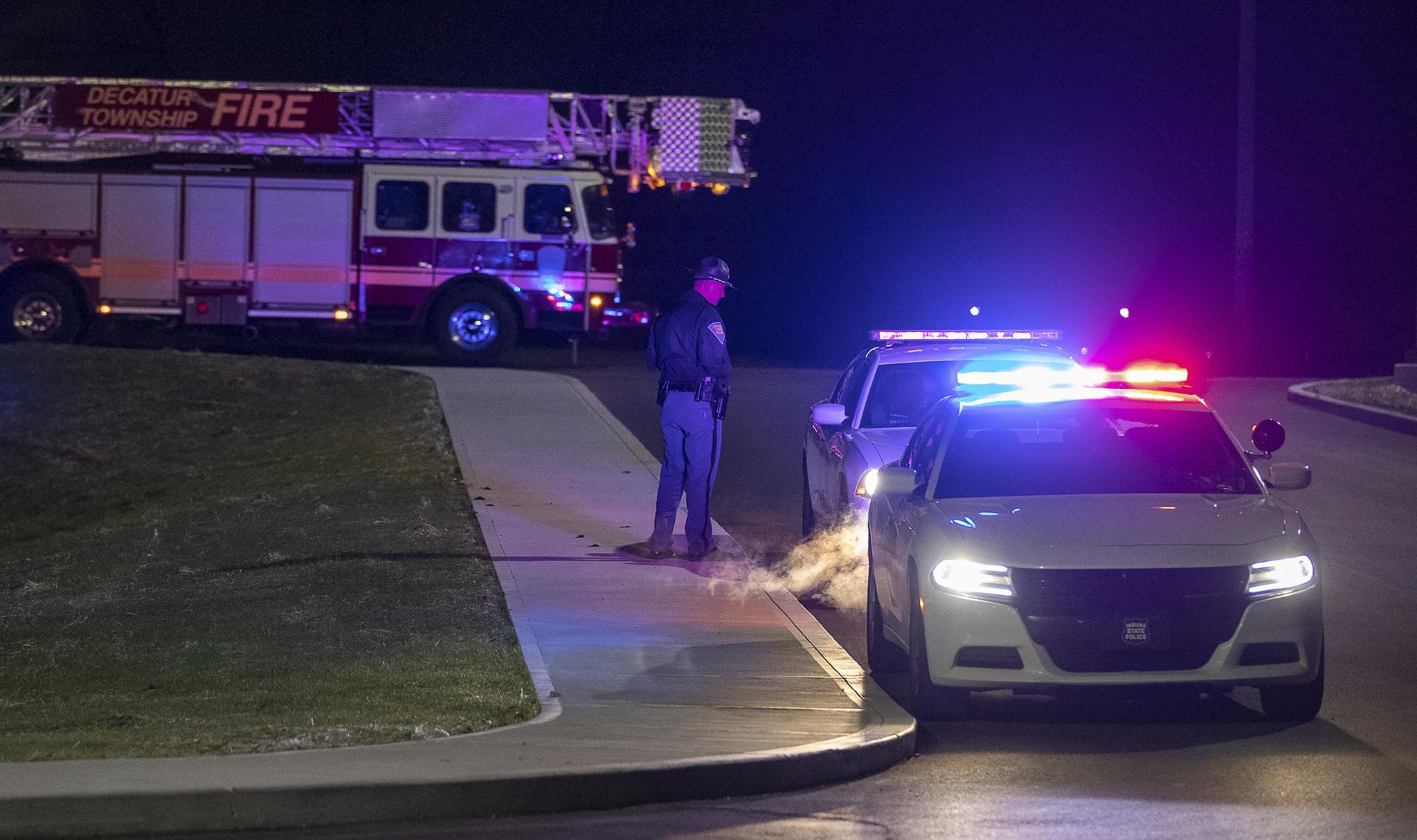 미국 인디애나폴리스 페덱스 창고에서 15일(현지시간) 총격 사건이 발생해 최소 8명이 숨졌다. AP=연합뉴스