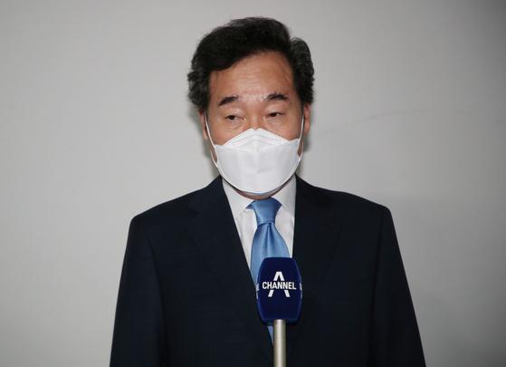 이낙연 전 더불어민주당 대표가 자가격리가 해제된 15일 서울 종로구 자택 앞에서 취재진의 질문에 답하고 있다. 오종택 기자