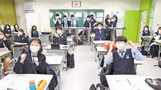 도성훈 인천시교육감이 인천포스코고등학교를 찾아 학생들과 함께 머리 위로 하트 모양을 만들어 수능 수험생을 격려하고 있다. [사진 인천시교육청]