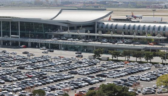 차량으로 가득한 김포공항 주차장의 모습. [연합뉴스]