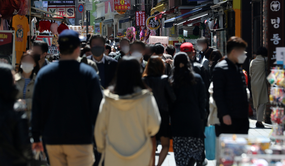 지난 14일 서울 중구 명동 식당거리에서 직장인들이 점심식사를 위해 발걸음을 옮기고 있다. 뉴스1