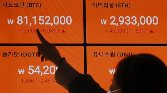 서울 강남구 빗썸 강남센터의 현황판에 지난 14일 역대 최고가인 8100만원대를 기록한 비트코인 가격이 표시돼 있다.