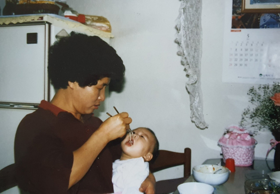 우리가 '이모'라 부른 40대초반 아주머니가 딸에게 국수를 먹이고 있는 모습. [사진 조남대]