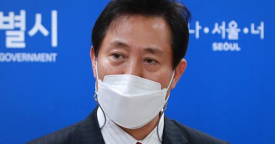 오세훈 서울시장이 지난 13일 서울시청에서 국무회의 관련 브리핑을 하고 있다. 뉴스1