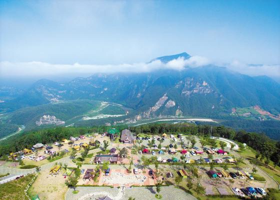 '별 다섯 5성급 캠핑장'으로 불리며 많은 캠핑 마니아들이 찾고 있는 정선 동강전망자연휴양림 오토캠핑장. [사진 정선군]