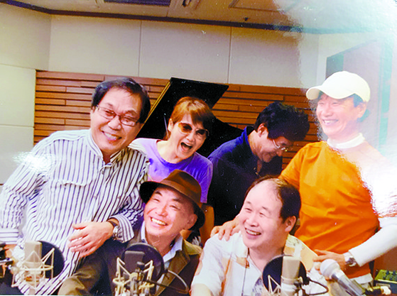 2009년 MBC의 '지금은 라디오 시대'에 출연한 쎄시봉 다섯 친구. 윗줄 왼쪽부터 조영남·최유라·윤형주·김세환. 아랫줄 왼쪽이 이장희, 오른쪽이 송창식. [사진 조영남]