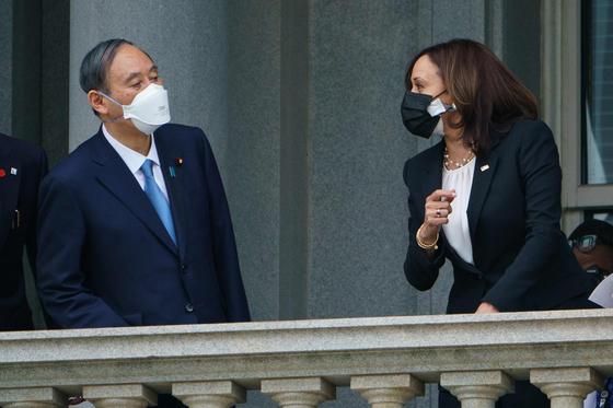 스가 총리와 해리스 부통령. AFP=연합뉴스
