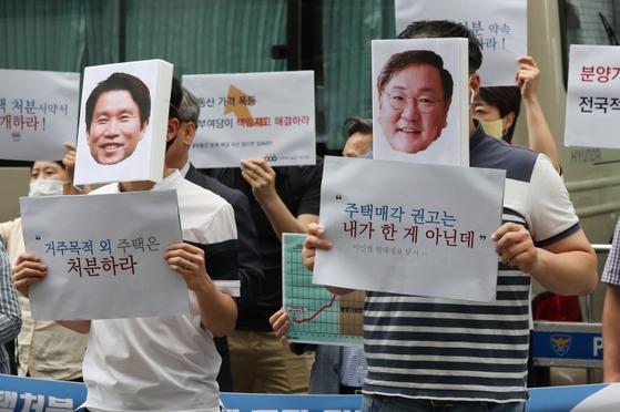 지난해 7월 경실련 활동가들이 민주당 다주택자 의원들의 주택 처분을 촉구했다. / 사진:연합뉴스