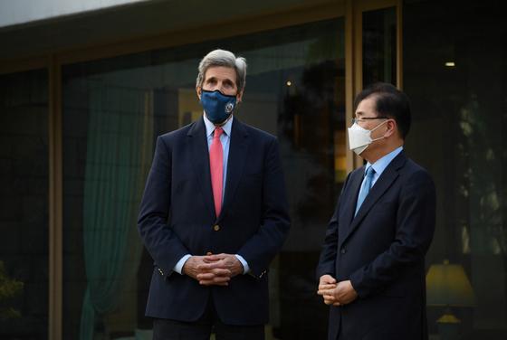 정의용 외교부 장관(오른쪽)이 존 캐리 미 대통령 기후특사와 17일 면담 진행에 앞서 대화를 나누고 있다. [사진 미 대사관 제공]