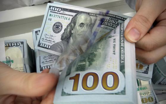 서울 중구 KEB하나은행에서 은행 관계자가 달러를 정리하고 있다. 뉴스1
