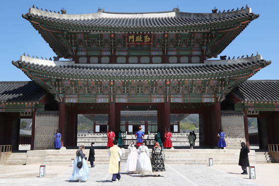 쾌청한 날씨를 보인 지난 14일 서울 종로구 경복궁에서 시민들이 경내를 오가고 있다. 연합뉴스