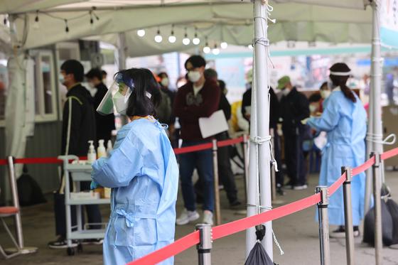 17일 오전 서울역광장에 마련된 임시선별진료소에서 시민들이 줄을 서 있다. 연합뉴스