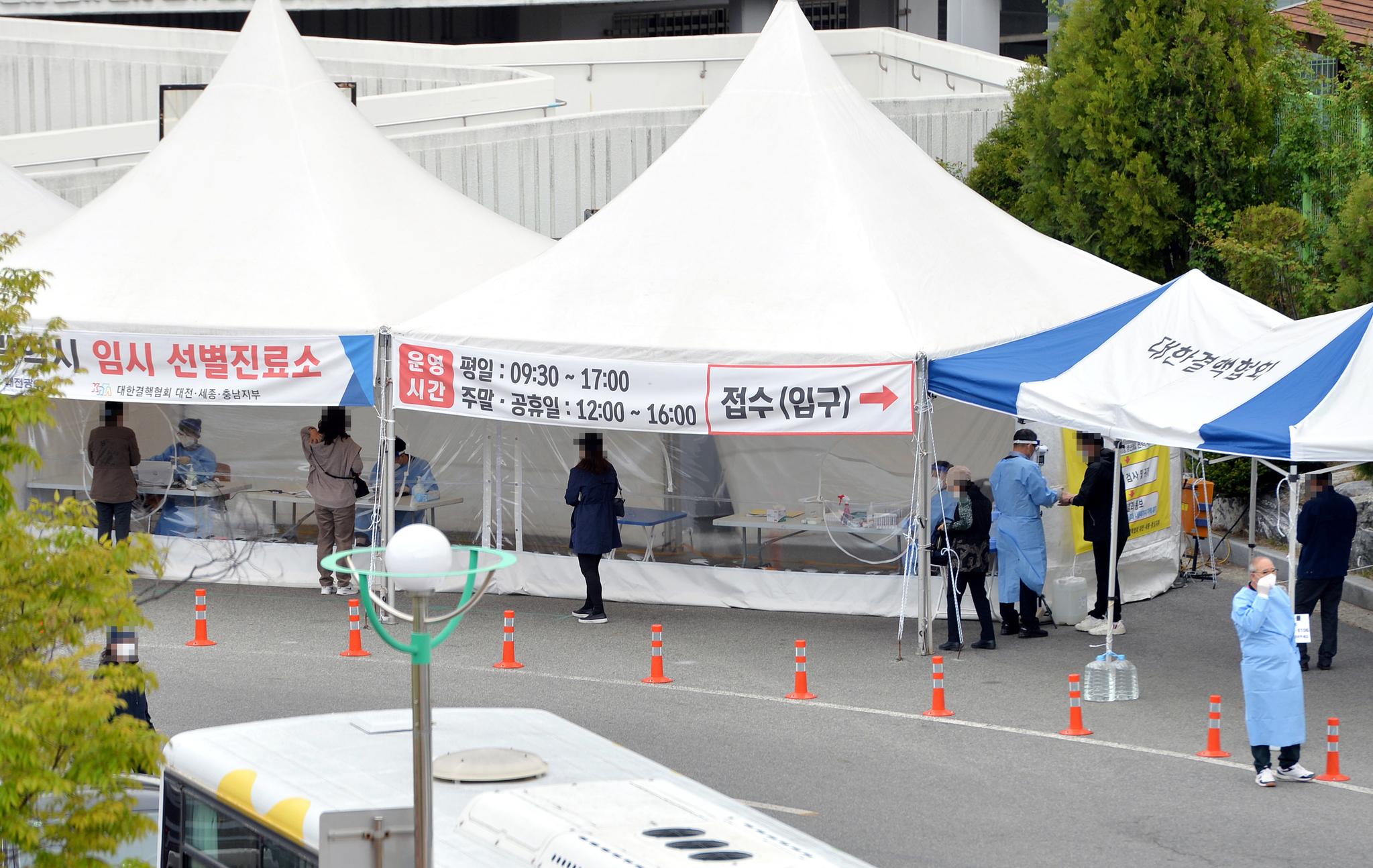 신종 코로나바이러스 감염증(코로나19)이 확산하고 있는 가운데 16일 대전 한밭체육관 앞 코로나19 선별진료소에서 의료진들이 시민들을 분주히 검사하고 있다. 중앙포토