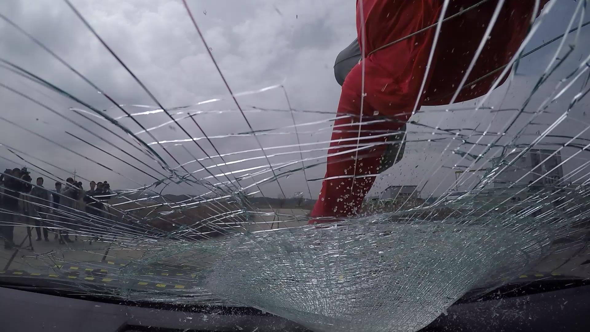 시속 60km로 인체 모형과 충돌한 뒤 크게 파손된 차량 앞 유리창. [사진 한국교통안전공단]