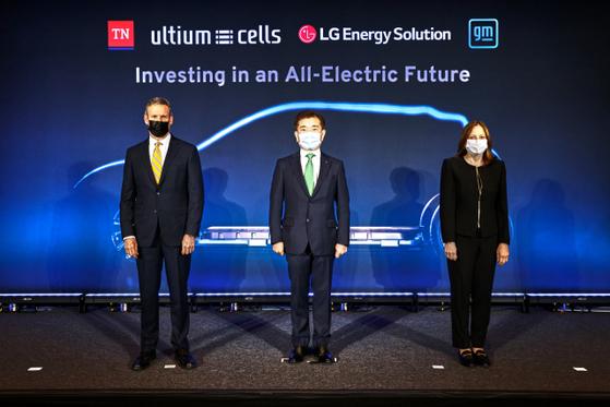 빌 리(왼쪽부터) 미 테네시주 주지사, 김종현 LG에너지솔루션 사장, 메리 바라 GM 회장이 16일(현지시간) 미 테네시주 내슈빌에서 전기차 배터리 제2 합작공장 설립을 발표하고 있다. 2공장에는 총 2조7,000억원이 투입된다.