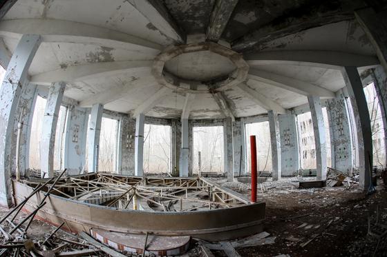 [지금 이 시각]철제 돔은 안전할까. 체르노빌 사고 35주년 앞두고 방문자 줄이어