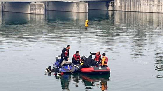 15일 오전 12시 26분께 충남 논산시 탑정저수지 인근에서 승용차가 저수지로 추락해 차량에 있던 20대 대학생 5명이 숨지는 사고가 발생했다. 소방구조대가 사고현장에서 차량 인양작업을 하고 있다. 뉴스1