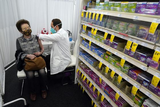 미국 로스앤젤레스의 CVS 약국 체인에서 약사가 모더나 백신을 접종하고 있다. [AP=연합뉴스]