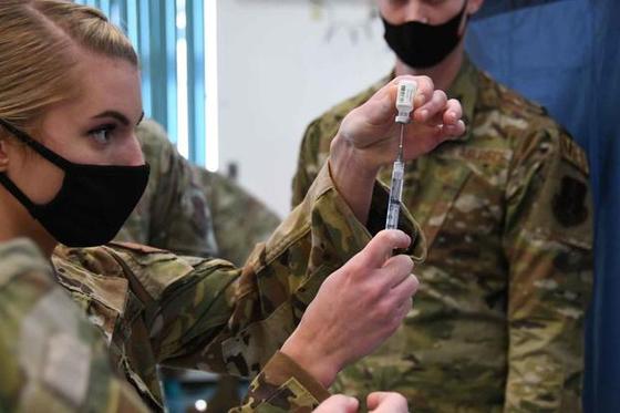 미국 공군 장병이 코로나19 백신 접종을 준비하고 있다. 미 공군