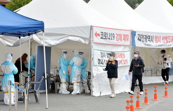 신종 코로나바이러스 감염증(코로나19)이 확산하고 있는 가운데 16일 대전 한밭체육관 앞 코로나19 선별진료소에서 의료진들이 시민들을 분주히 검사하고 있다. 프리랜서 김성태