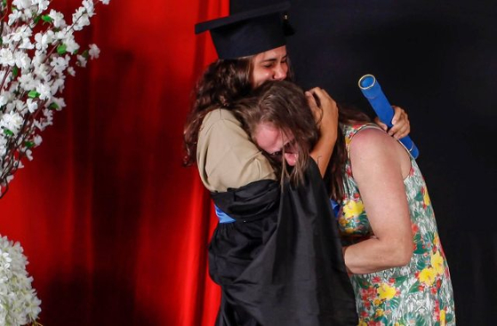 어머니의 작업복을 입고 졸업 사진을 찍은 로베르타(왼쪽)와 그의 어머니가 얼싸안고 눈물을 흘리고 있다. [트위터]