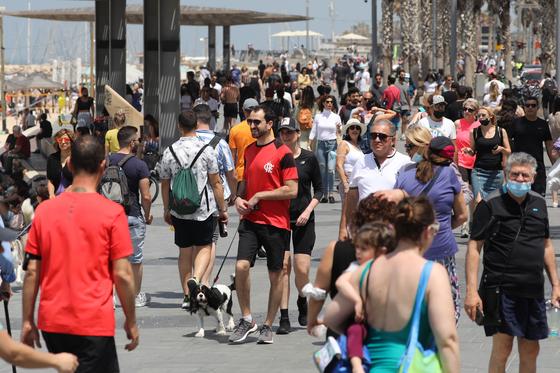 17일 이스라엘 텔아비브 해변을 가득 메운 시민들. 대부분이 마스크를 쓰지 않고 휴일을 만끽하고 있다. EPA=연합뉴스