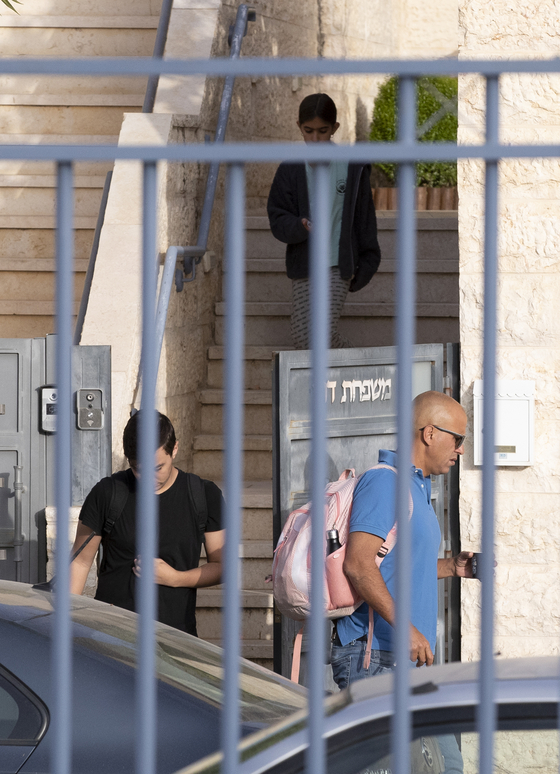 이스라엘 거리에서 마스크 착용 의무가 폐지된18일(현지시간) 오전 예루살렘 모세 샤미르 거리에서 한 가족이 집에서 나오고 있다. 예루살렘=임현동 기자