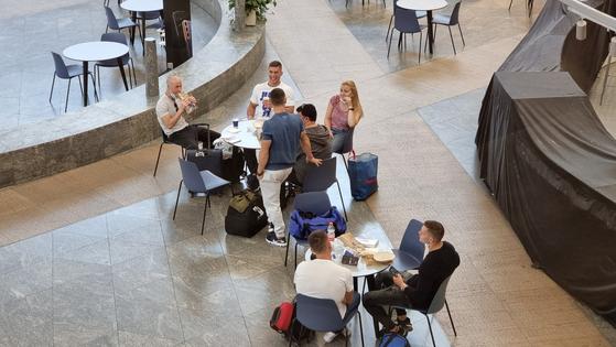 이스라엘 벤구리온 국제공항 내 한 카페에서 현지인들이 출국을 기다리며 차를 마시는 모습. 텔아비브=임현동 기자