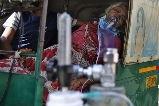 인도에서 17일(현지시간) 코로나19에 감염된 환자가 산소 마스크를 한 채 병원 이송을 기다리고 있다. AP=연합뉴스