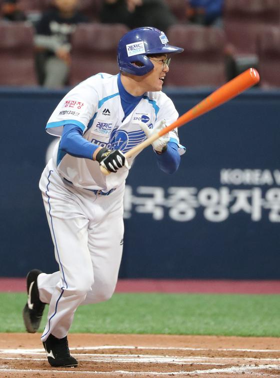 2016년 자선대회에서 타격을 하는 김광현