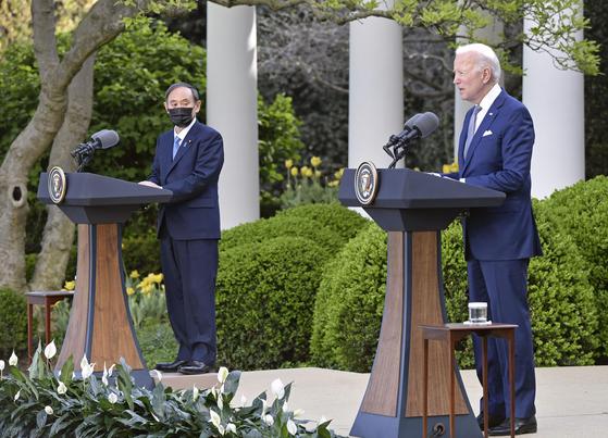 16일(현지시간) 오후 조 바이든(오른쪽) 미국 대통령과 스가 요시히데 일본 총리가 미국 워싱턴DC 소재 백악관에서 정상회담을 한 후 공동 기자회견을 하고 있다. 연합뉴스