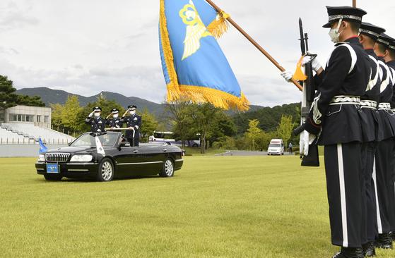 제38대 이성용 신임 공군참모총장(가운데)과 이임하는 제37대 원인철 공군참모총장(오른쪽)이 지난해 9월 23일 충남 계룡대 대연병장에서 거행된 '제37˙38대 공군참모총장 이취임식'에서 열병하고 있다. [공군 제공]