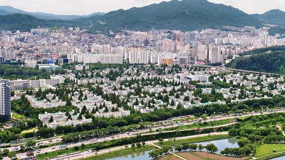 중대형 주택형으로 이뤄진 서울 서초구 반포동 주공1단지. 기존 주택 전용면적 범위 내에서 두 채를 받는 '1+1' 분양이 인기를 끌었으나 다주택자 종부세 강화 이후 골칫거리가 됐다. 중앙포토