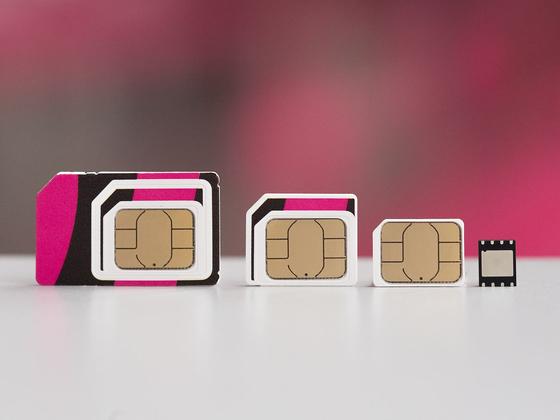 점점 작아지는 유심칩(왼쪽부터 차례로 3개)과 최근 스마트폰에 탑재되고 있는 e심(맨 오른쪽) [사진 도이치텔레콤]