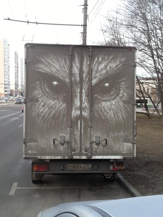 먼지에 그림을 그리는 화가 프로보이닉(@proboynick). 그가 먼지 쌓인 트럭을 캔버스삼아 올빼미를 그린 작품이다. [사진 프로보이닉]