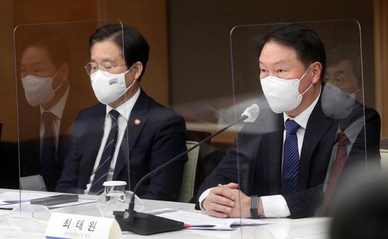성윤모 산업부 장관(왼쪽)과 최태원 대한상의 회장. 뉴스1