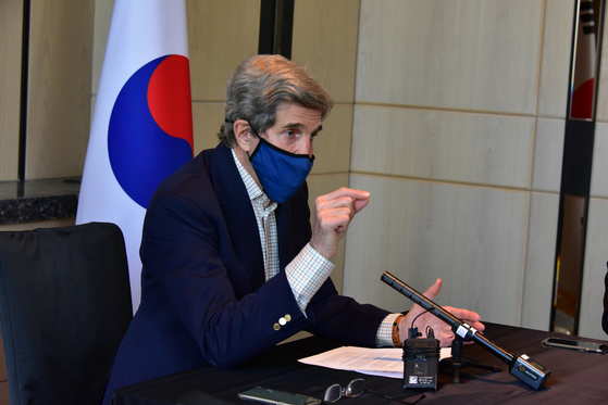 존 케리 미국 대통령 기후특사가 18일 서울 시내 한 호텔에서 내‧외신 기자들을 대상으로 기자회견을 하고 있다.[주한미국대사관 제공]