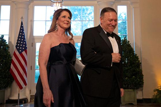 2019년 9월 백악관에서 열린 만찬에 참석하기 위해 이동하고 있는 마이크 폼페이오 당시 국무장관과 그의 부인 수잔. AFP=연합뉴스
