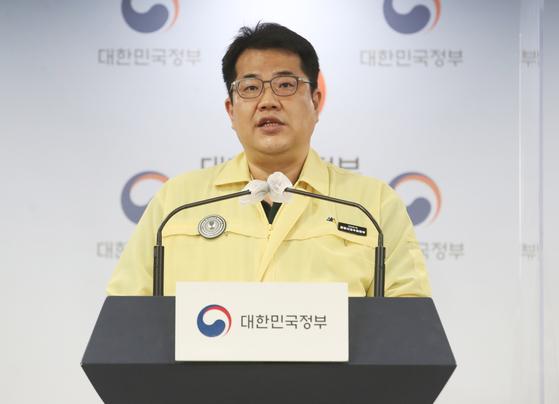 손영래 중앙사고수습본부 사회전략반장이 18일 오후 서울 종로구 정부서울청사에서 신종 코로나바이러스 감염증(코로나19) 대응 중앙재난안전대책본부(중대본) 정례브리핑을 하고 있다. 뉴스1
