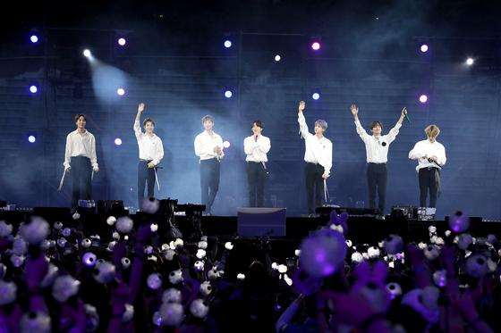 방탄소년단(BTS)의 온라인 스트리밍 축제 '방에서 즐기는 방탄소년단 콘서트(방방콘) 21' 최대 동시 접속자가 270만 명을 웃돌았다고 소속사 빅히트 뮤직이 18일 밝혔다.   [연합뉴스]