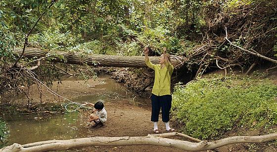 """'미나리' 감독을 맡은 정이삭 감독은 """"미나리는 가족 간의 사랑을 의미한다. 미나리의 질긴 생명력과 적응력이 우리 가족과 닮았다""""고 했다. [사진 영화 '미나리' 스틸]"""