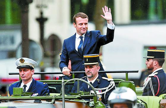 지난 2017년 5월 14일 취임식 뒤 파리 샹젤리제 거리에서 시민들에게 손을 흔드는 에마뉘엘 마크롱 프랑스 대통령. [로이터=뉴스1]