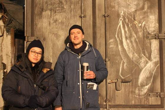 러시아 작가 프로보이닉(사진 오른쪽)과 그가 한국 영화 '더스트맨' 촬영 당시 먼지 쌓인 트럭에 다시 그린 '기도하는 손'. [사진 한국예술종합학교]