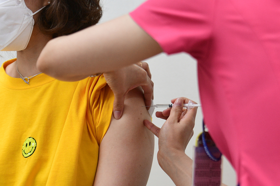 19일 오후 대구 달서구 나사렛종합병원에서 돌봄교사가 백신을 맞고 있다. 뉴스1