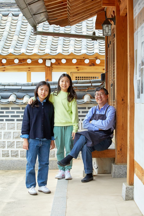 강지민·주혜리(왼쪽부터) 학생기자가 전통 금박공예 공방 금박연을 찾아 국가무형문화재 제119호 금박장 보유자 김기호 대표(오른쪽)에게 금박에 대해 배웠다.