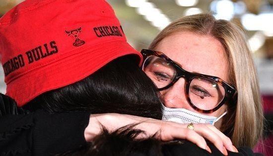 19일 트래블 버블 실시로 뉴질랜드를 출발한 여객기를 타고 온 딸(좌)을 보자마자 눈물의 포옹을 하고 있는 어머니. [AFP=뉴스1]