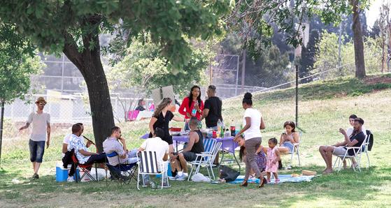 이스라엘 시민들이 17일 오후 휴일을 맞아 공원에서 가족과 휴식을 취하고 있다. 이스라엘 텔아비브= 임현동 기자/20210417