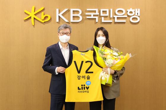 입단 기념 촬영하는 허인 KB국민은행장(왼쪽)과 강이슬. [사진 청주 KB]