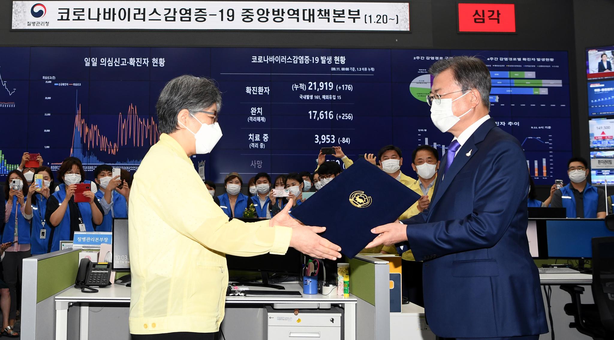 문재인 대통령이 지난해 9월 충북 청주 질병관리본부 긴급상황센터에서 정은경 초대 질병관리청장에게 임명장을 수여하고 있다. 청와대사진기자단